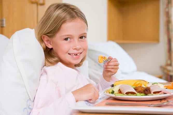 девочка ест в больнице