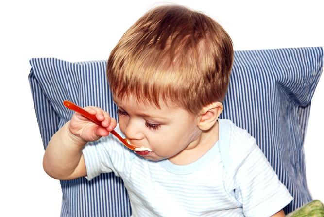 ребенок кушает творог