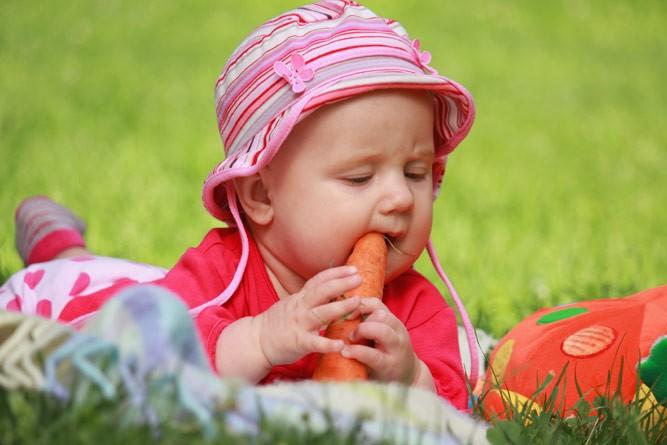 малютка с морковкой