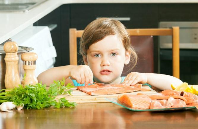 ребенок с красной рыбкой