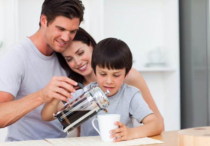 школьник наливает кофе