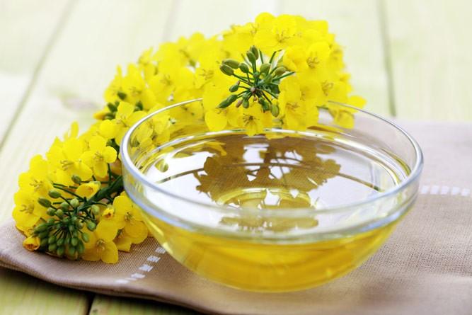 рапсовое масло в тарелке