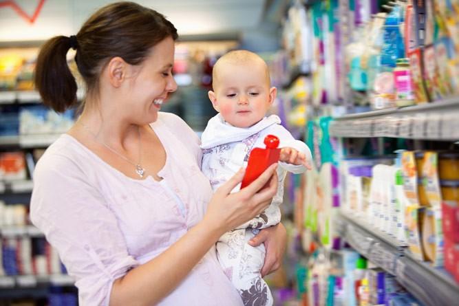 мама с малышкой в магазине