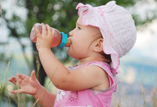 девочка пьет кисель