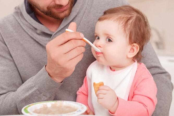 папа кормит детку кашей