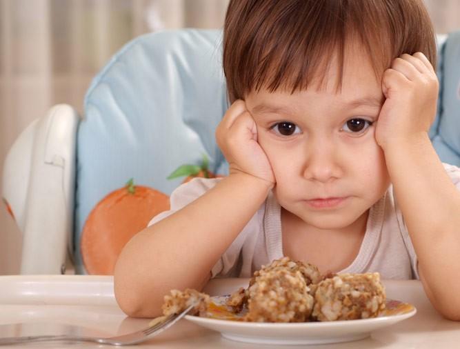 мальчик с тарелкой голубцов