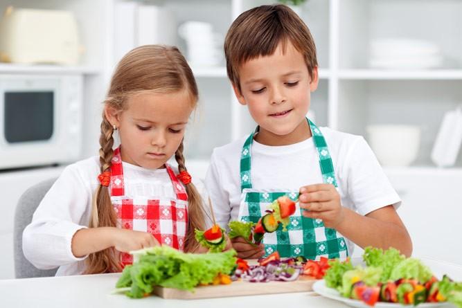 дети готовят еду