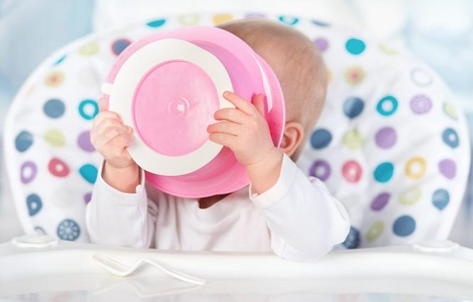 ребенок кушает сам