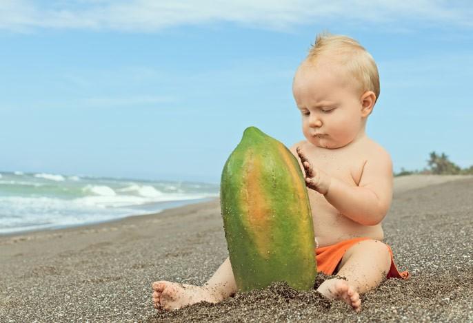 малыш с папайей