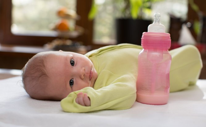 малыш и бутылочка с молоком