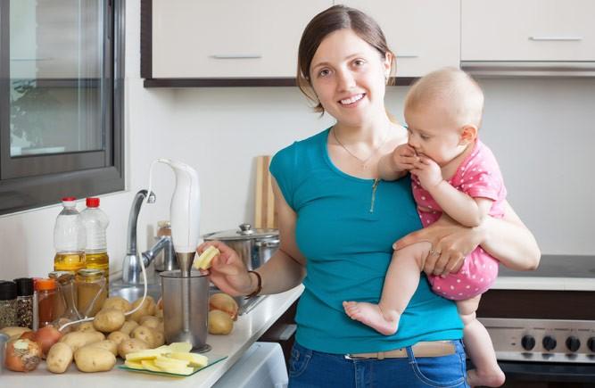мама готовит пюре ребенку