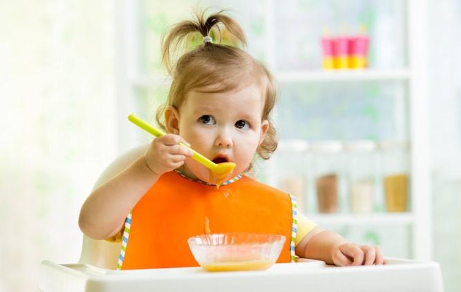 девочка 2 года кушает