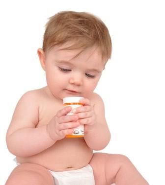 ребенок с таблетками