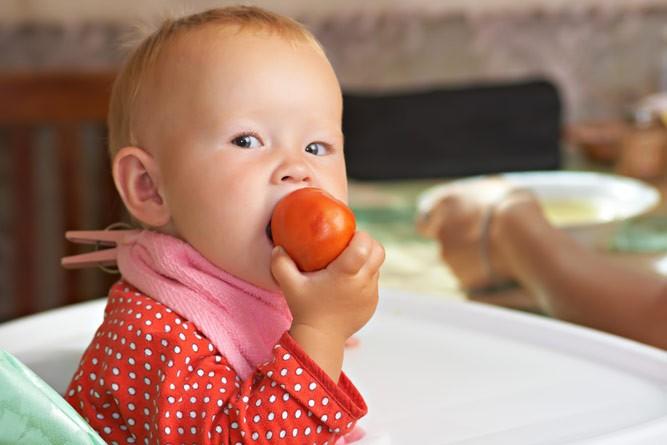 ребёнок с помидоркой