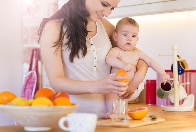мама готовит грейпфрутовый сок
