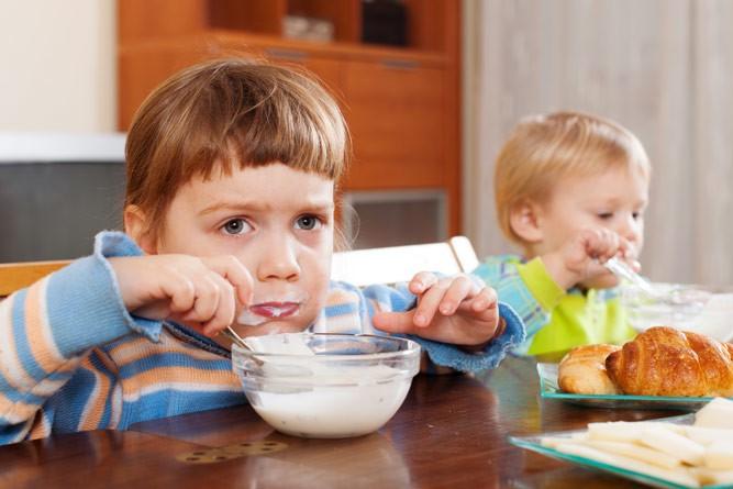 девочка кушает сметанку