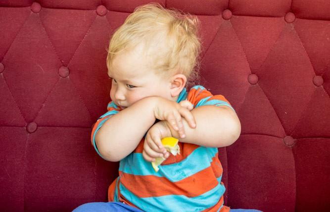 малыш с лимончиком