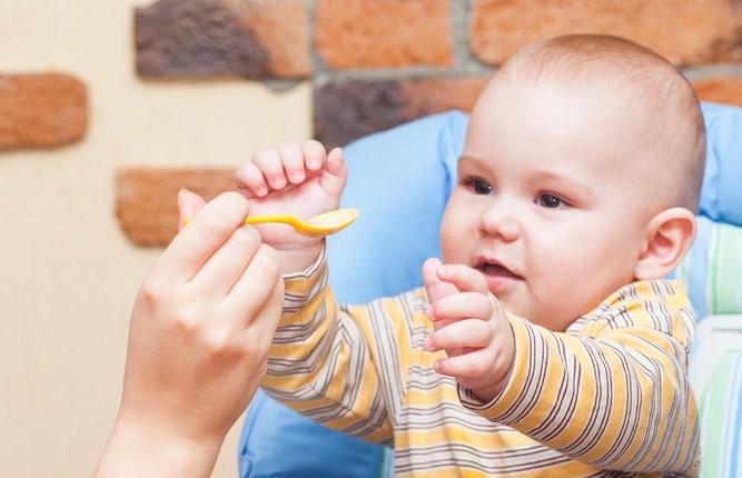 малыш кушает картошечку