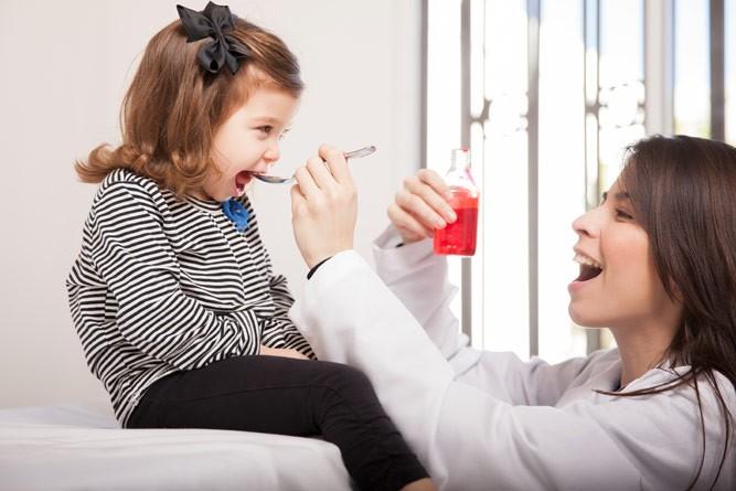 врач дает витамины