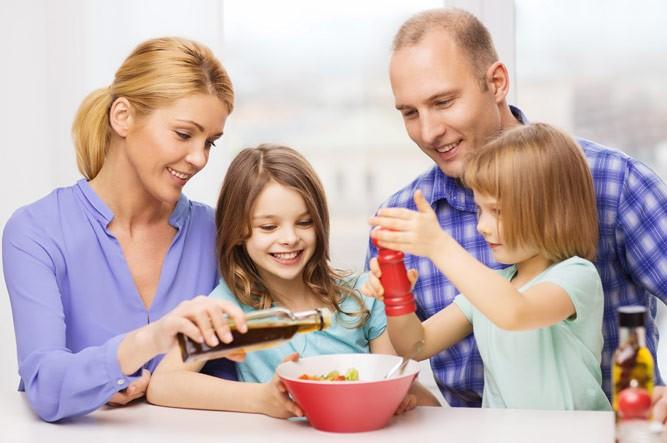 семья готовит ужин