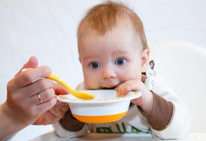 малыш держит тарелочку