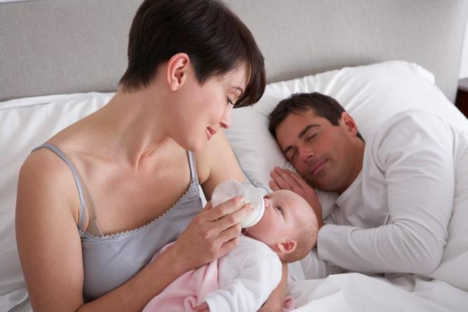 питание малютки в постели