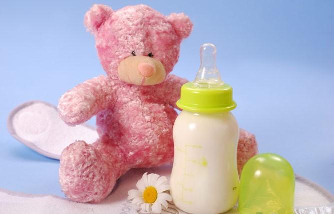 бутылочка со смесью и игрушка мишка