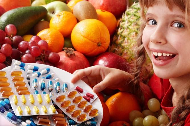 девочка с фруктами и витаминами
