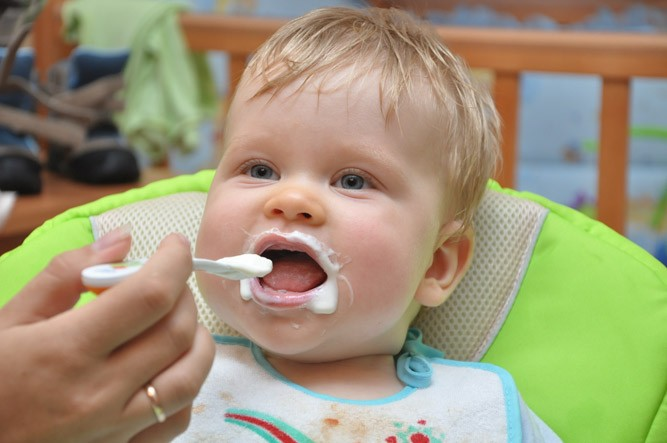 Малышка кушает творог