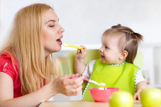 мама с дочкой кушают