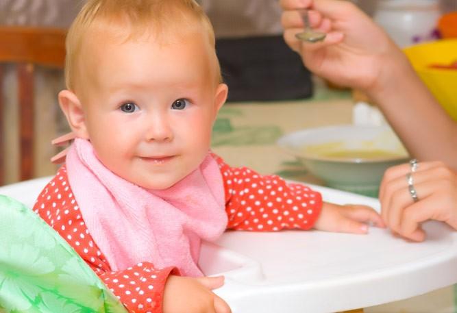радостный ребенок кушает