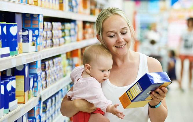 мама с малышом в магазине
