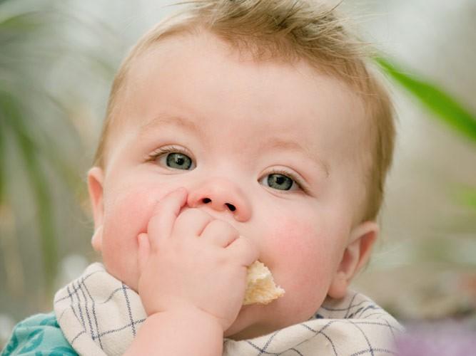 малыш с кусочком хлеба