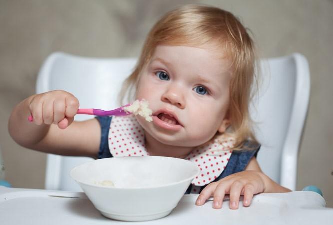 девочка кушает кашку