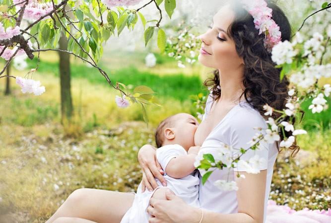 умиротворенная женщина с малышом