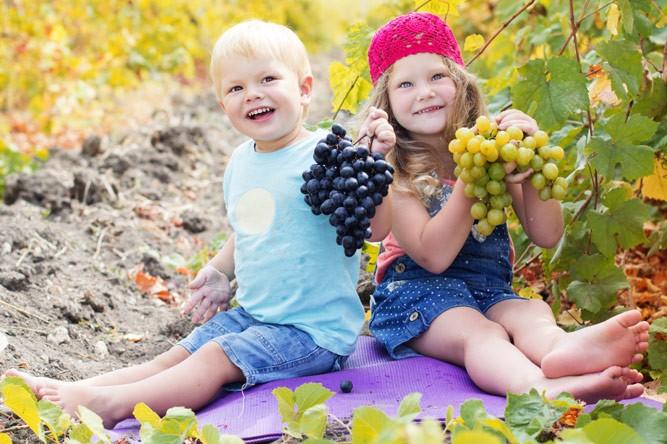 детишки с виноградом