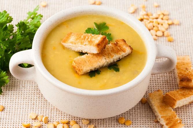 Чашка горохового супа с гренками