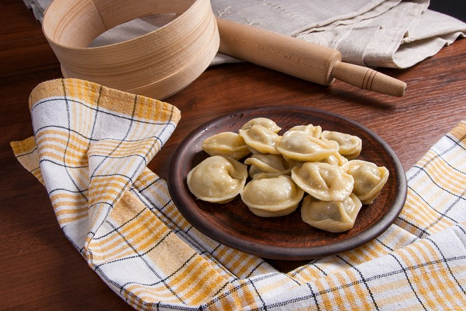 порция приготовленных пельменей на столе