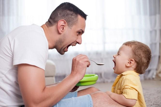 Папа кормит 15-месячного малыша