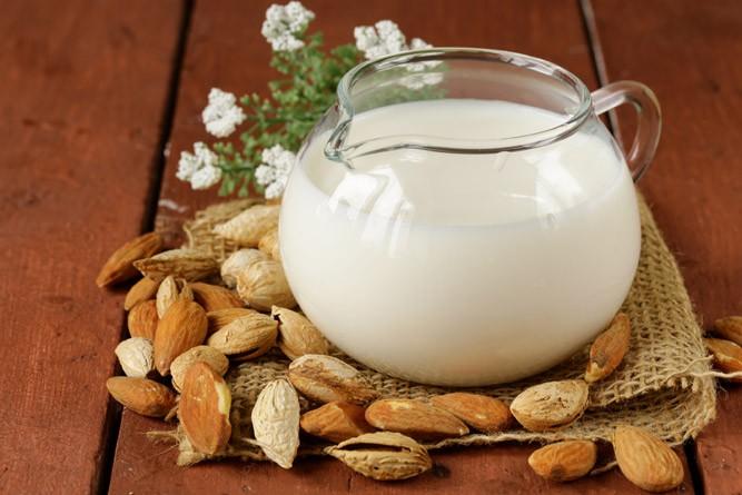 сосуд с миндальным молоком