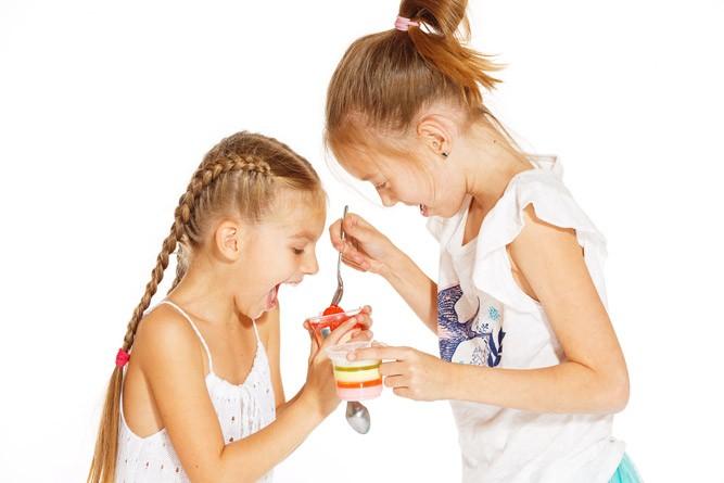 Девочки пробуют желе из желатина