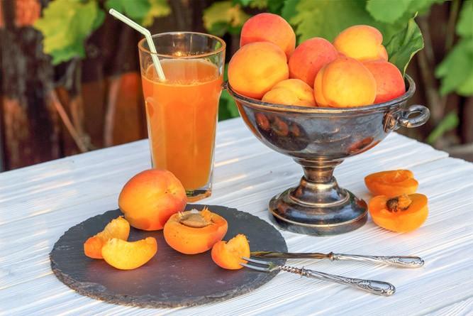 Сок из спелых абрикосов