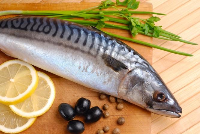 Свежая рыбка с лимоном и зеленью