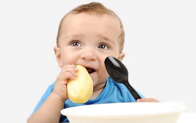 Малыш любит сырую картошечку