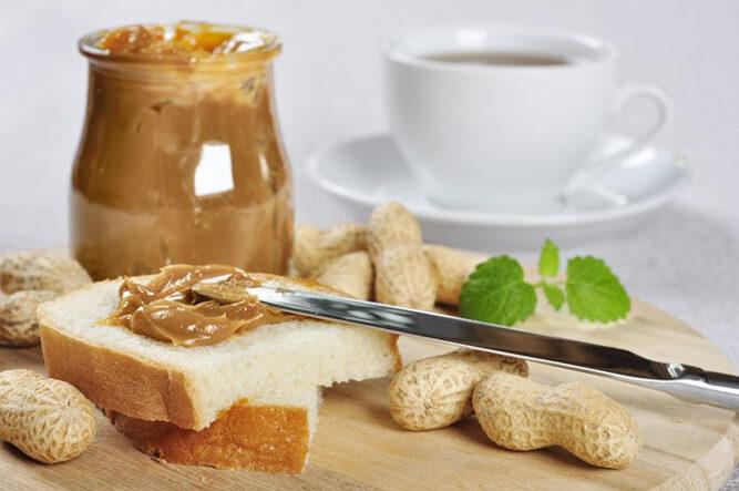 свежая арахисовая паста на столе