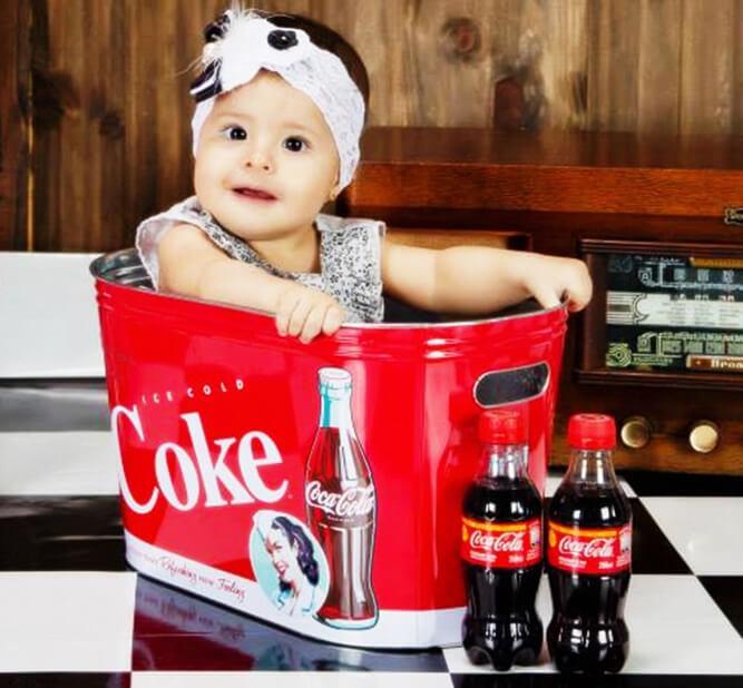 маленькая девочка в коробке из-под колы