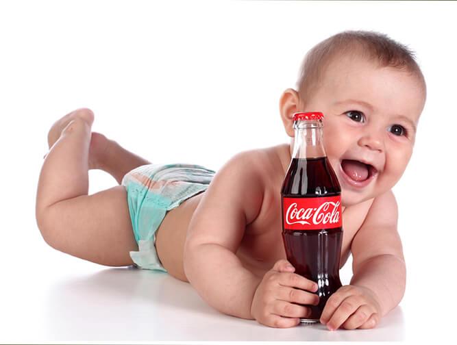 младенец с бутылкой колы