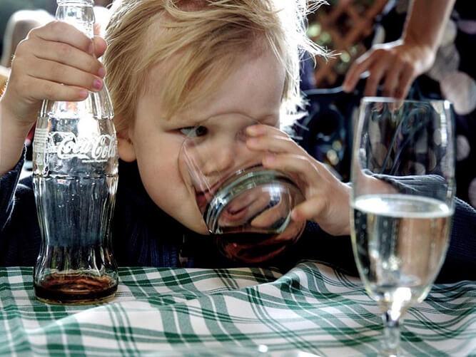 Ребенок и кока-кола