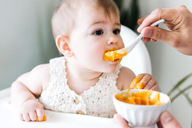 малыш ест пюре с куркумой