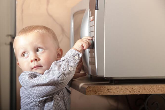 ребенок тянется к микроволновке